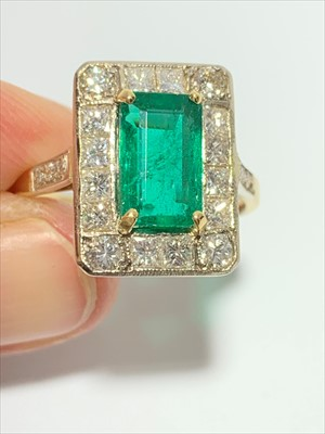 Lot 2457-An impressive emerald ring of approximately 2...