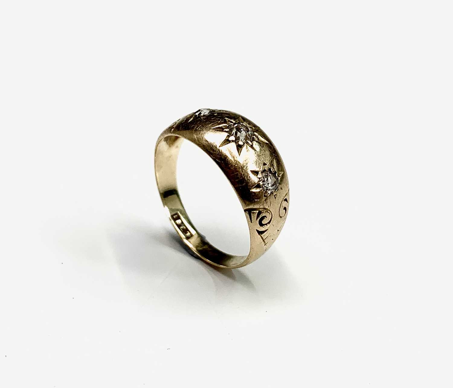Lot 192 - A Victorian 18ct gold ring gipsy, 2.7gm set...