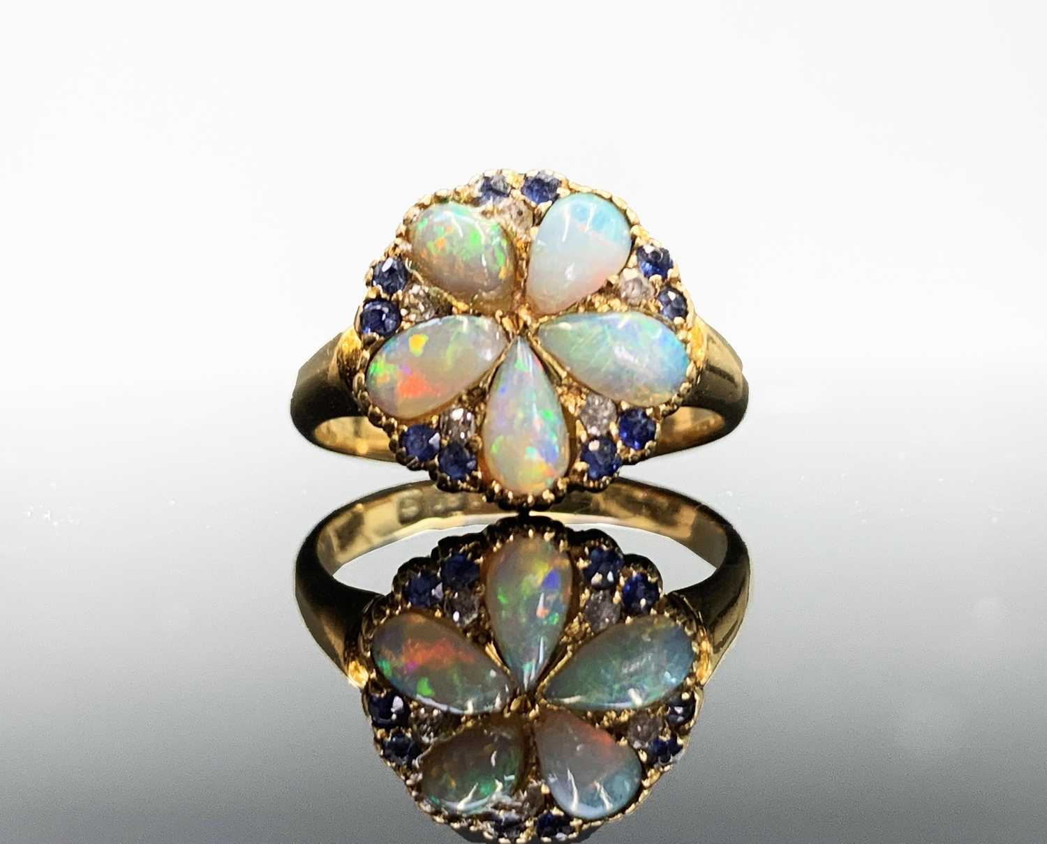 Lot 63 - An 18ct gold early 20th c. ring with a...