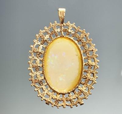 Lot 61 - A 9ct gold opal set pendant 8.9gm (the stone...