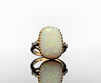 Lot 14 - An 18ct gold ring set a large rounded...