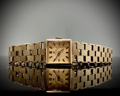 Lot 153 - An Omega 9ct gold ladies wristwatch with 484...
