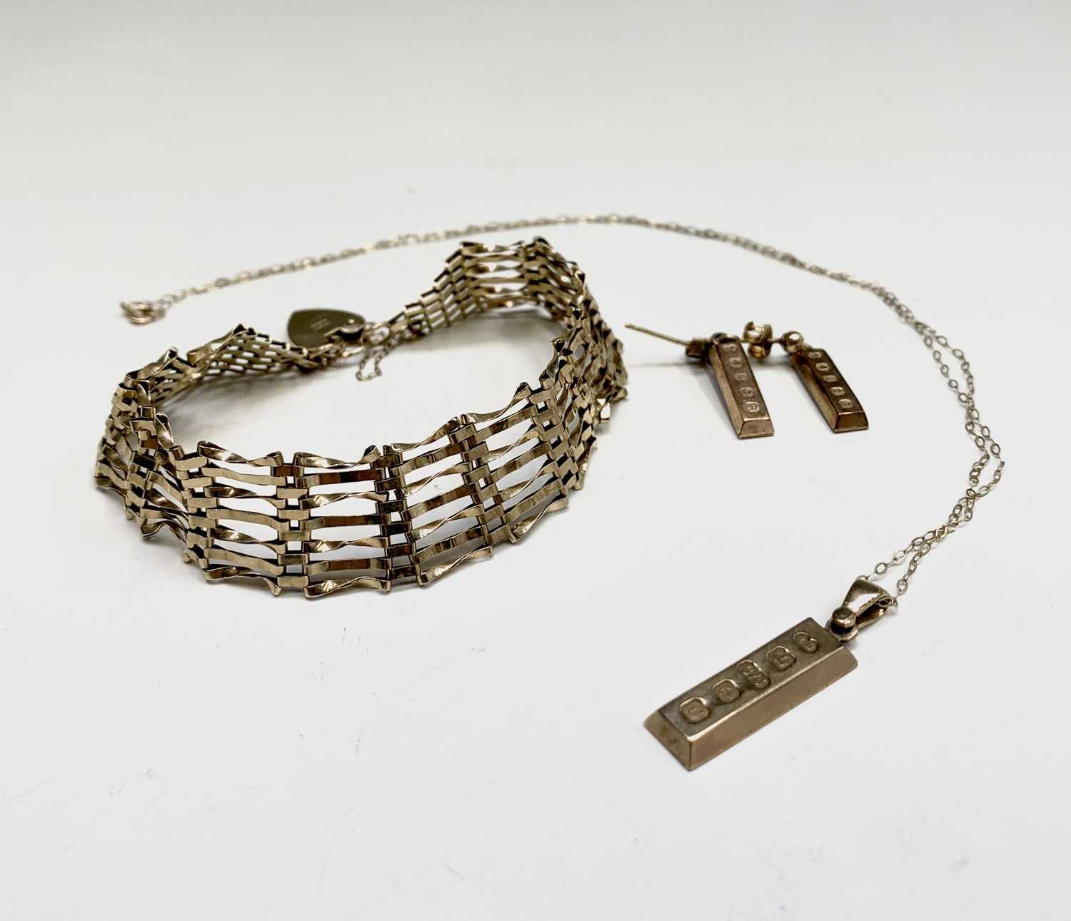 Lot 250 - A 9ct gold ingot pendant and chain with...