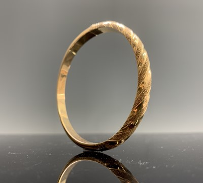 Lot 259 - A 14ct gold hinged fluted bangle 13.7gm