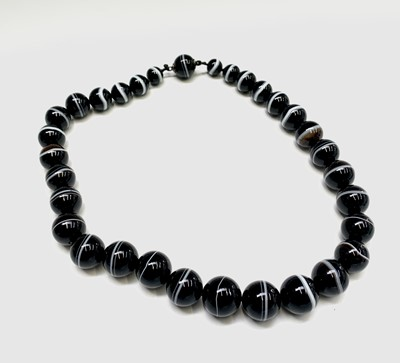 Lot 50 - An impressive banded agate necklace the 32...