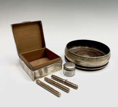 Lot 1041 - A small plain silver cigarette box, a glass...