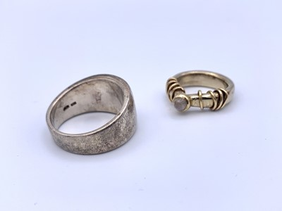 Lot 41 - A high purity gold craft ring set a moonstone...
