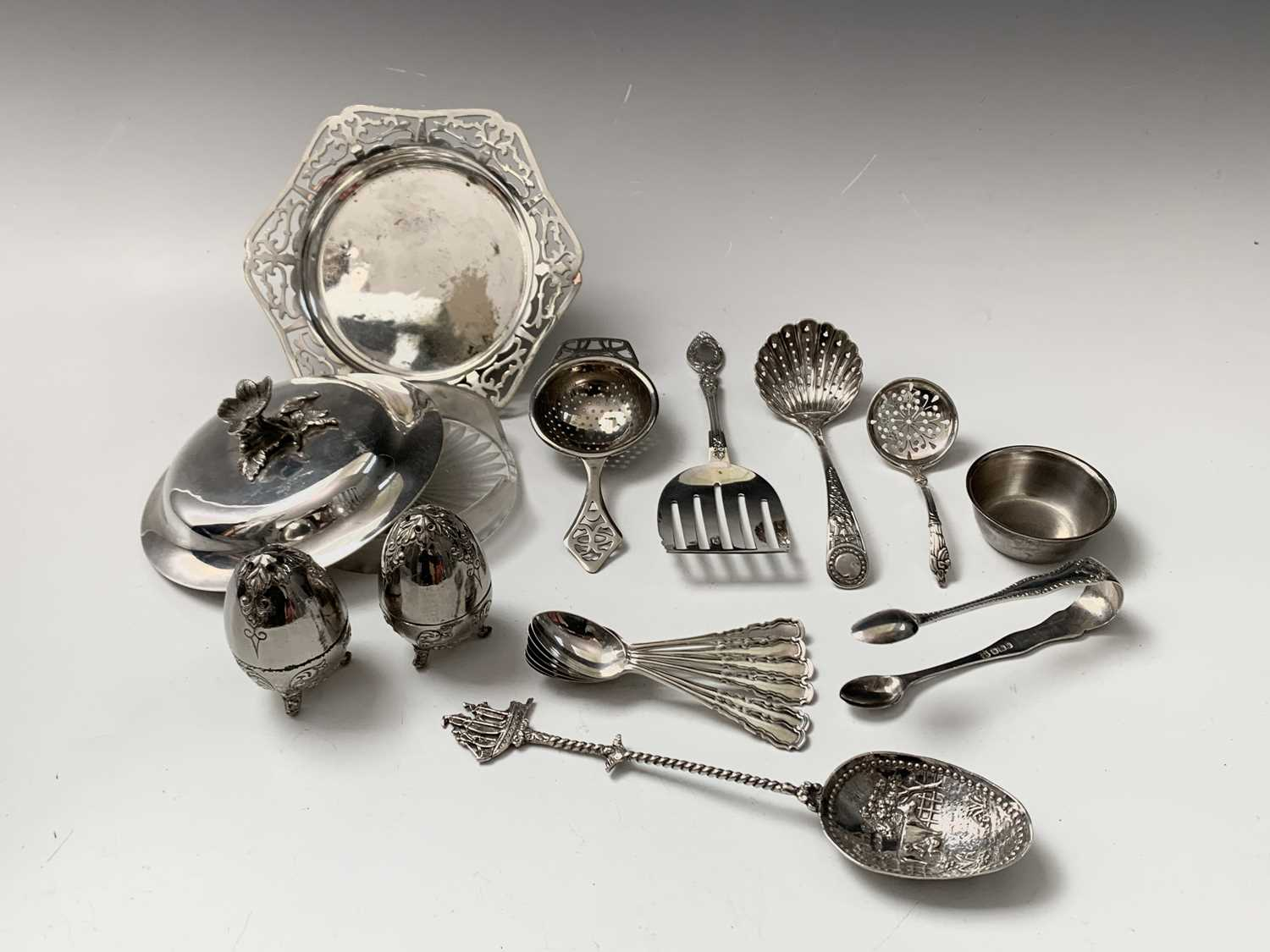 Lot 1032 - A set of six silver coffee spoons and a pair...