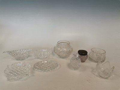 Lot 7 - A lead crystal trinket box and miscellaneous...