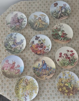 Lot 37 - Eleven Wedgwood collectable 'World of Flower...