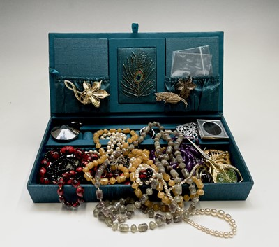Lot 28 - A quantity of costume jewellery, including a...