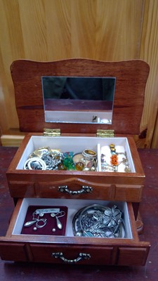 Lot 16 - A wooden jewellery box and contents, including...