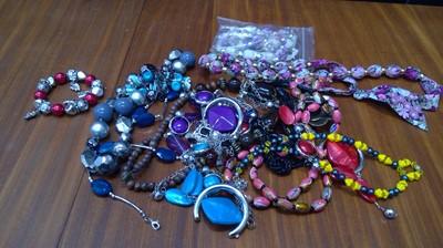Lot 42 - Costume jewellery.