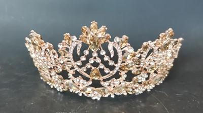 Lot 22 - A large jewelled costume tiara.