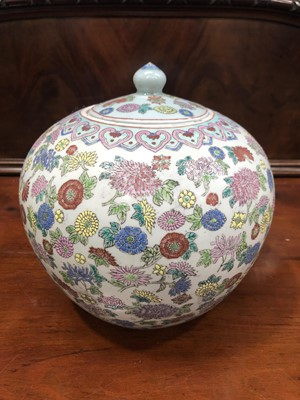 Lot 2 - An early 20th-century Chinese porcelain...